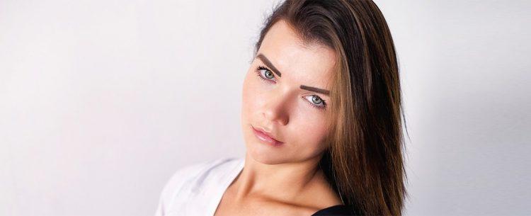 Struccarsi e detergere il viso con una linea di prodotti specifici