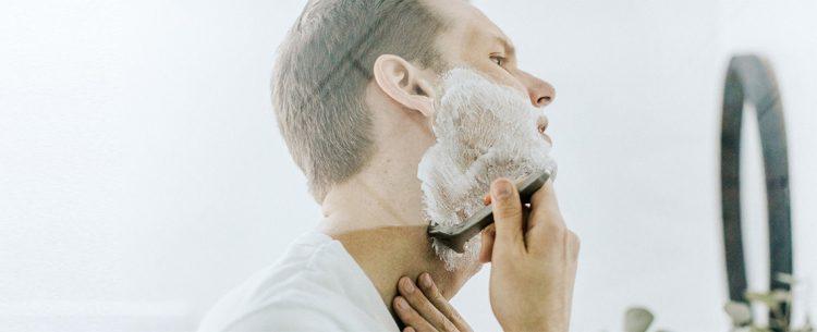 proteggere la pelle prima e dopo la rasatura